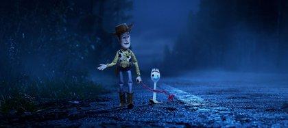 """El vaquero Woody con Forky (Tony Hale), un personaje nuevo, en """"Toy Story 4"""". Los animadores dicen que Woody es un personaje con mucho potencial de gestos. Credit Pixar/Disney"""