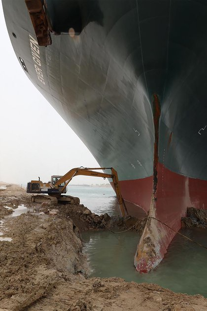 Authorities work against the clock to open the ship (Suez CANAL / AFP)