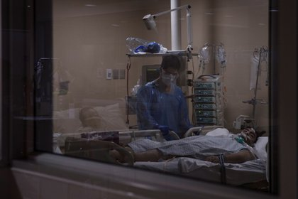 Un paciente con COVID-19 fue registrado al recibir atención médica en una Unidad de Cuidados Intensivos del Hospital Militar de Santiago de Chile. EFE/Alberto Valdés