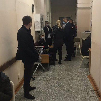 Policías resguardan el corredor de Cuidados Intensivos del hospital donde está internado Navalny (@Kira_Yarmysh)