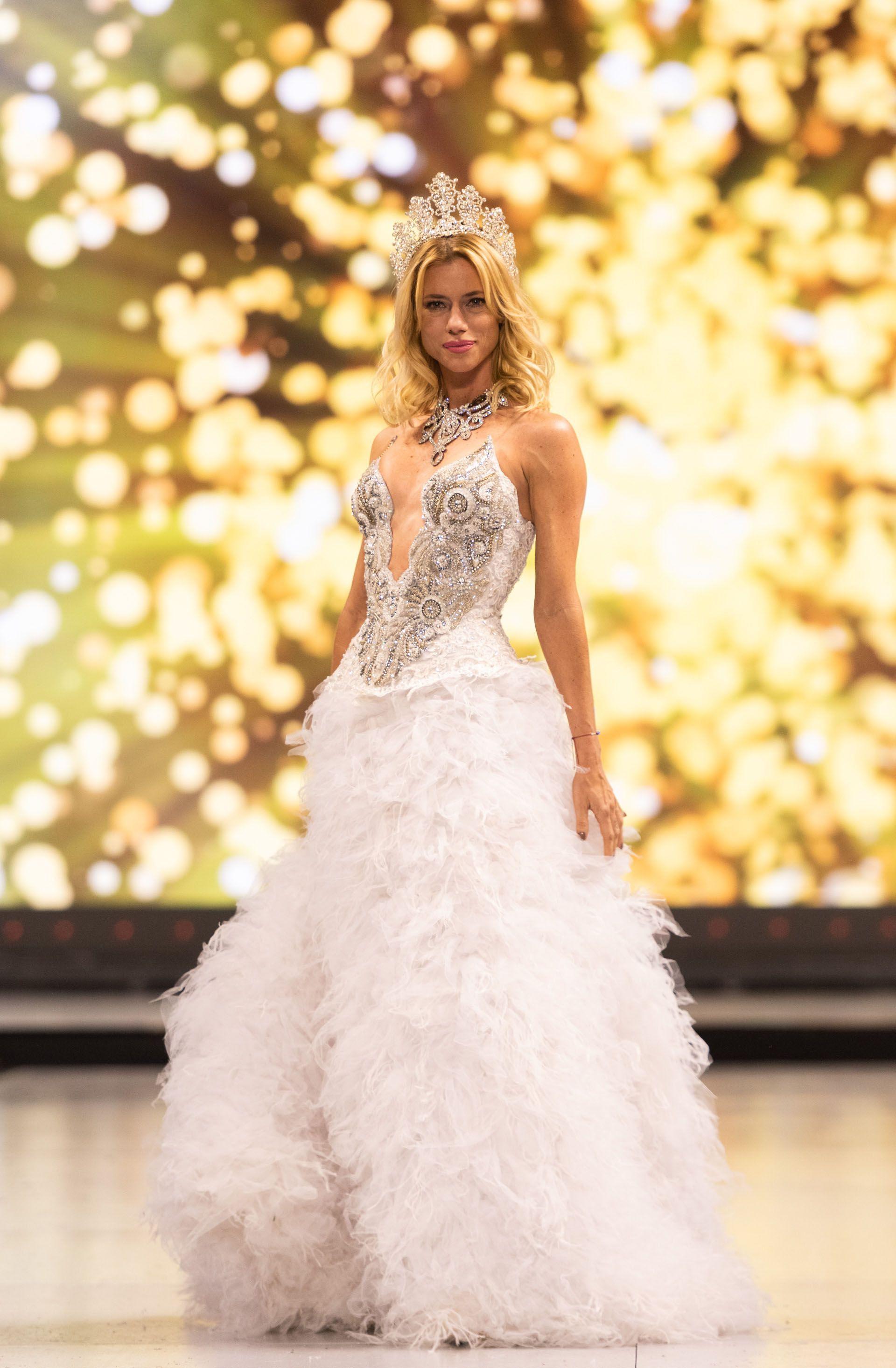 Nicole Neumann fue elegida por Péndola para cerrar su desfile. ¿El vestido seleccionado para la top model?: blanco, un gran escote y plumas