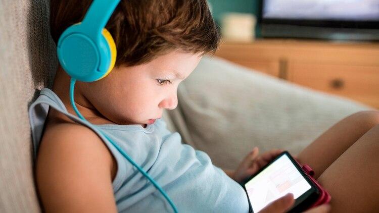 Para un buen descanso se aconseja adelantar la hora de acostarse y restringir el uso de pantallas hasta dos horas antes de ir a dormir (Shutterstock)