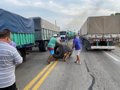 En San Nicolás, productores agropecuarios protestan y hacen controles de carga