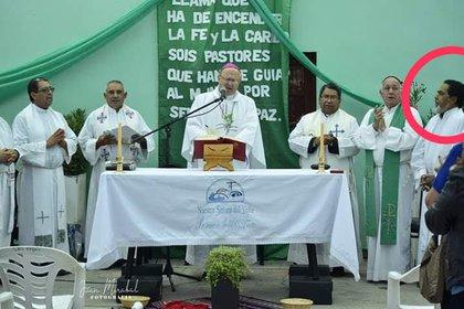 Pachado (en círculo rojo), sigue oficiando misa