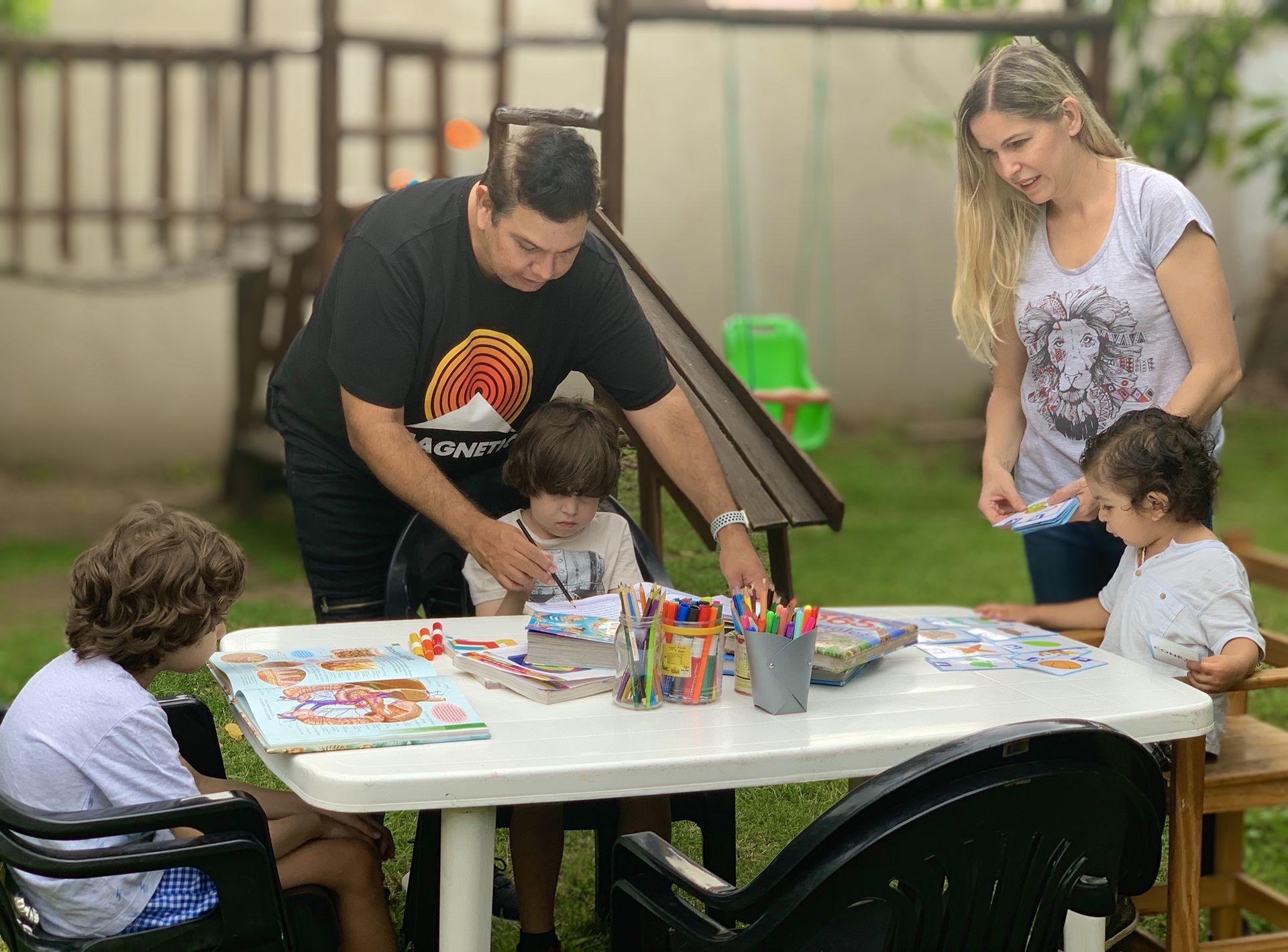 Noel Solís y Carolina Schoba les dan clases a sus hijos en la casa