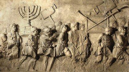 El bajorrelieve que muestra el saqueo del templo por los romanos: aquí los soldados romanos llevándose los tesoros, en especial, la menorá, candelabro de siete brazos