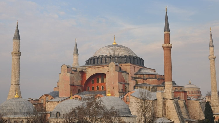 La Mezquita Azul es una mezquita histórica en Estambul, construida entre 1609 y 1616. La misma recibe ese nombre debido a los azulejos color azul que rodean las paredes del diseño interior (Shutterstock)