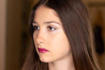 Un maquillaje teen con piel luminosa y color en labios
