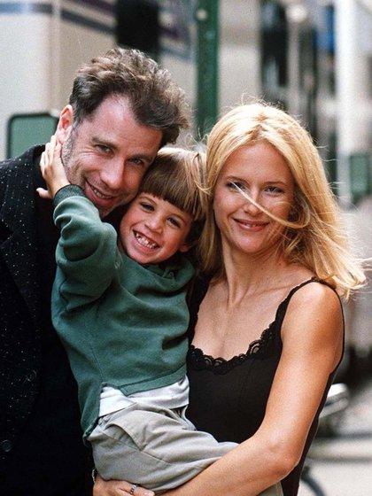 John Travolta, Jett y Kelly Preston en 1996 (Shutterstock)