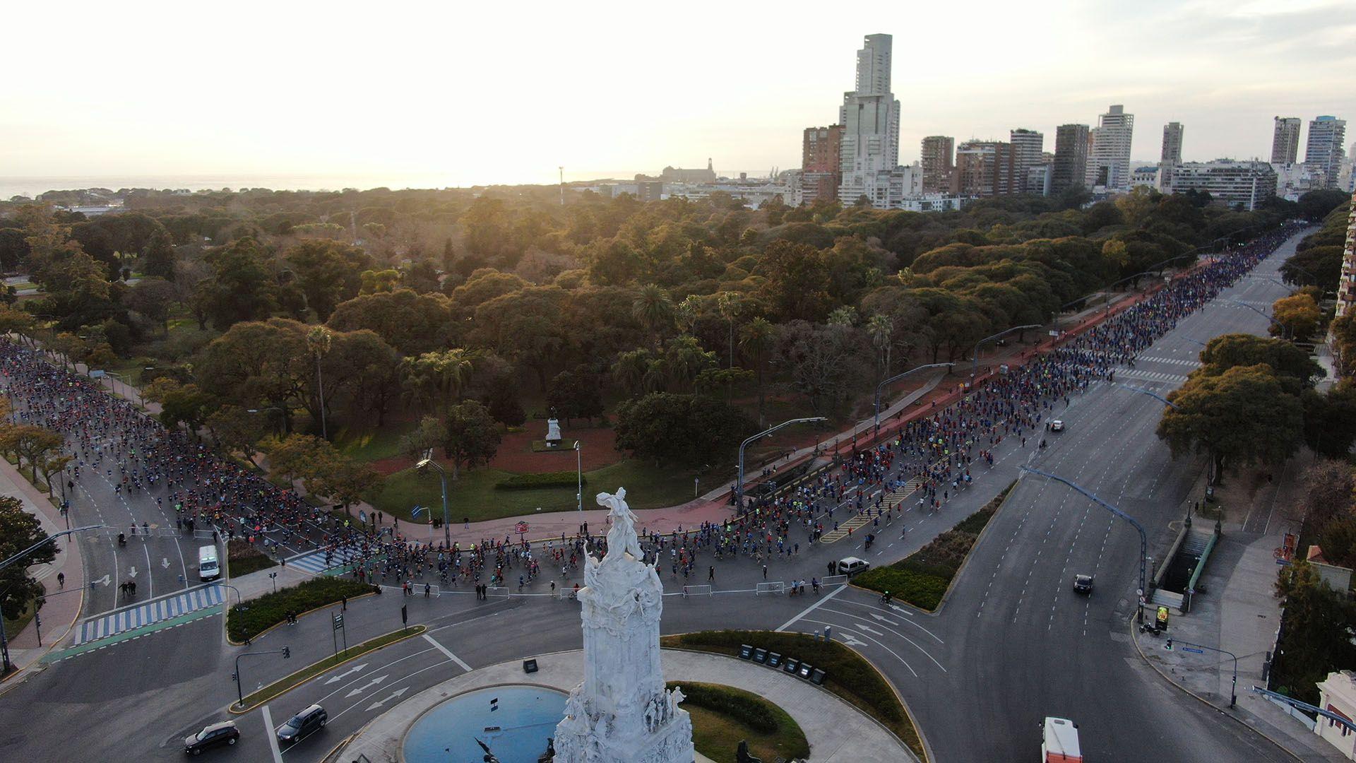 La multitud de participantes, en una de las curvas del recorrido (Thomas Khazki)