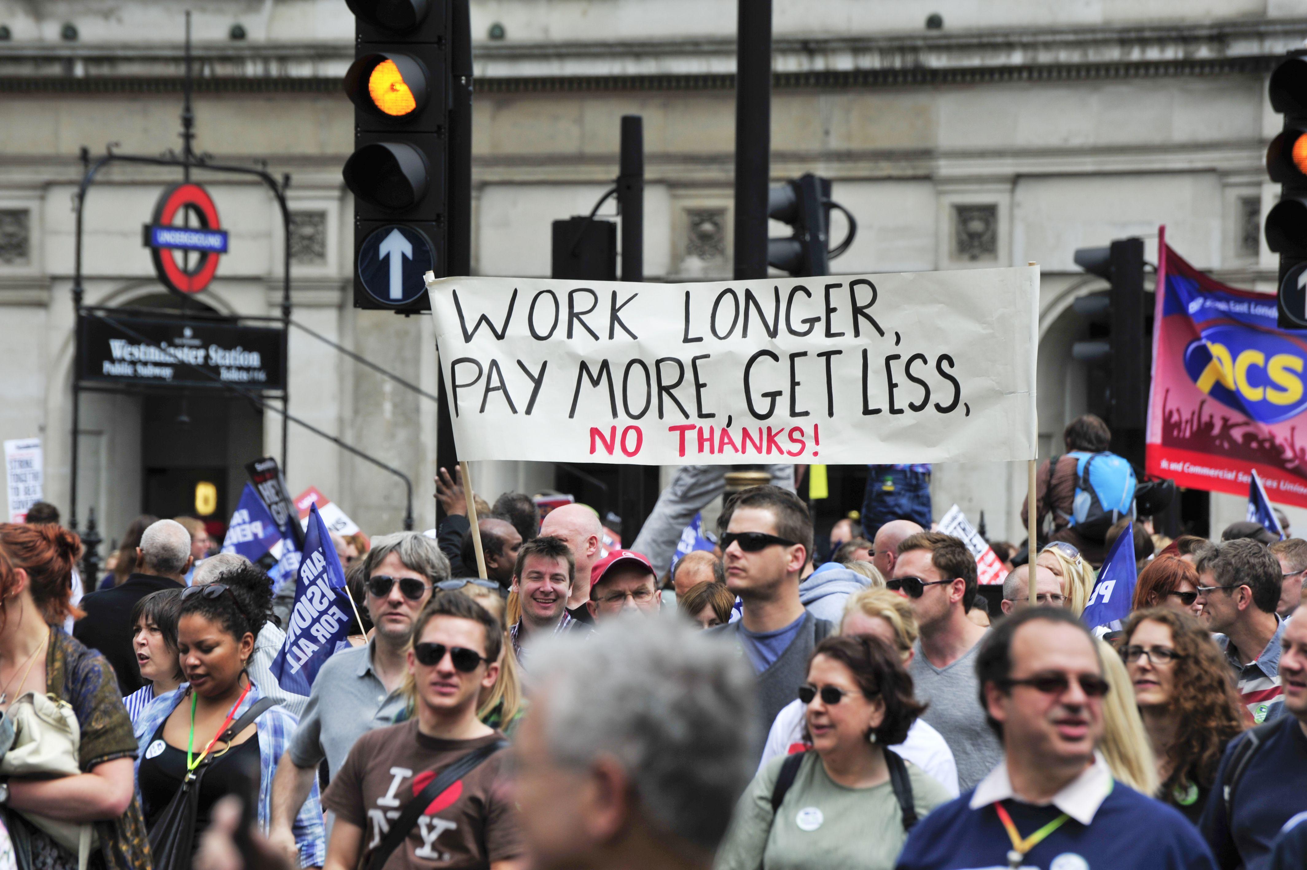 """""""Trabaja más, paga más, obtén menos... ¡No, gracias!"""", dice un cartel en una manifestación en Londres"""