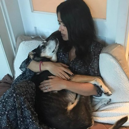 Salma con su perrita Lupe (Instagram: salmahayek)