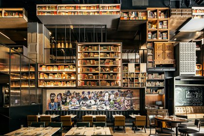 """""""The Albert"""", el restaurante del Hotel EMC2, situado en Chicago, está lleno de libros y microscopios antiguos, además de espectaculares piezas de arte (The Washington Post/Cortesía de Hotel EMC2)"""