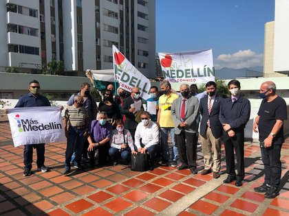 Manifestantes pidiendo la revocatoria del alcalde de Medellín Daniel Quintero (Colprensa).