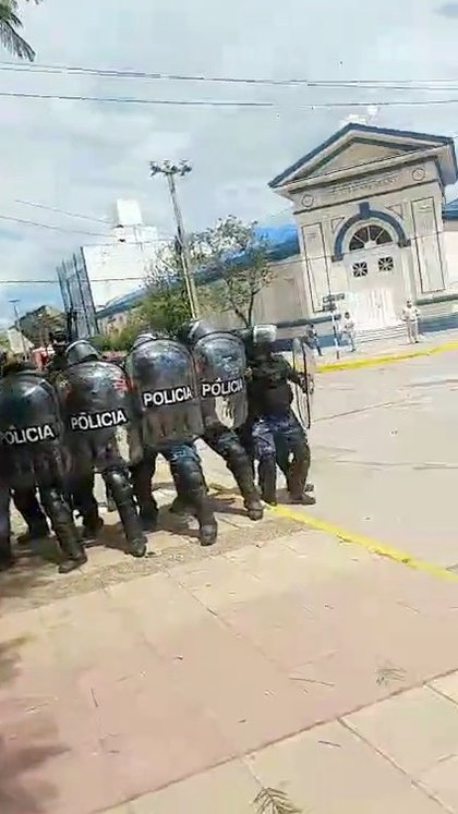 Policías antidisturbios se forman frente a una protesta en Formosa, Argentina, en un fotograma obtenido de un video de redes sociales con fecha 5 marzo 2021. Instagram @JOVENESXLALIBERTAD /vía Reuters. ESTA IMAGEN FUE ENTREGADA POR UNA TERCERA PARTE. CRÉDITO OBLIGATORIO. NO REVENTAS NI ARCHIVOS.