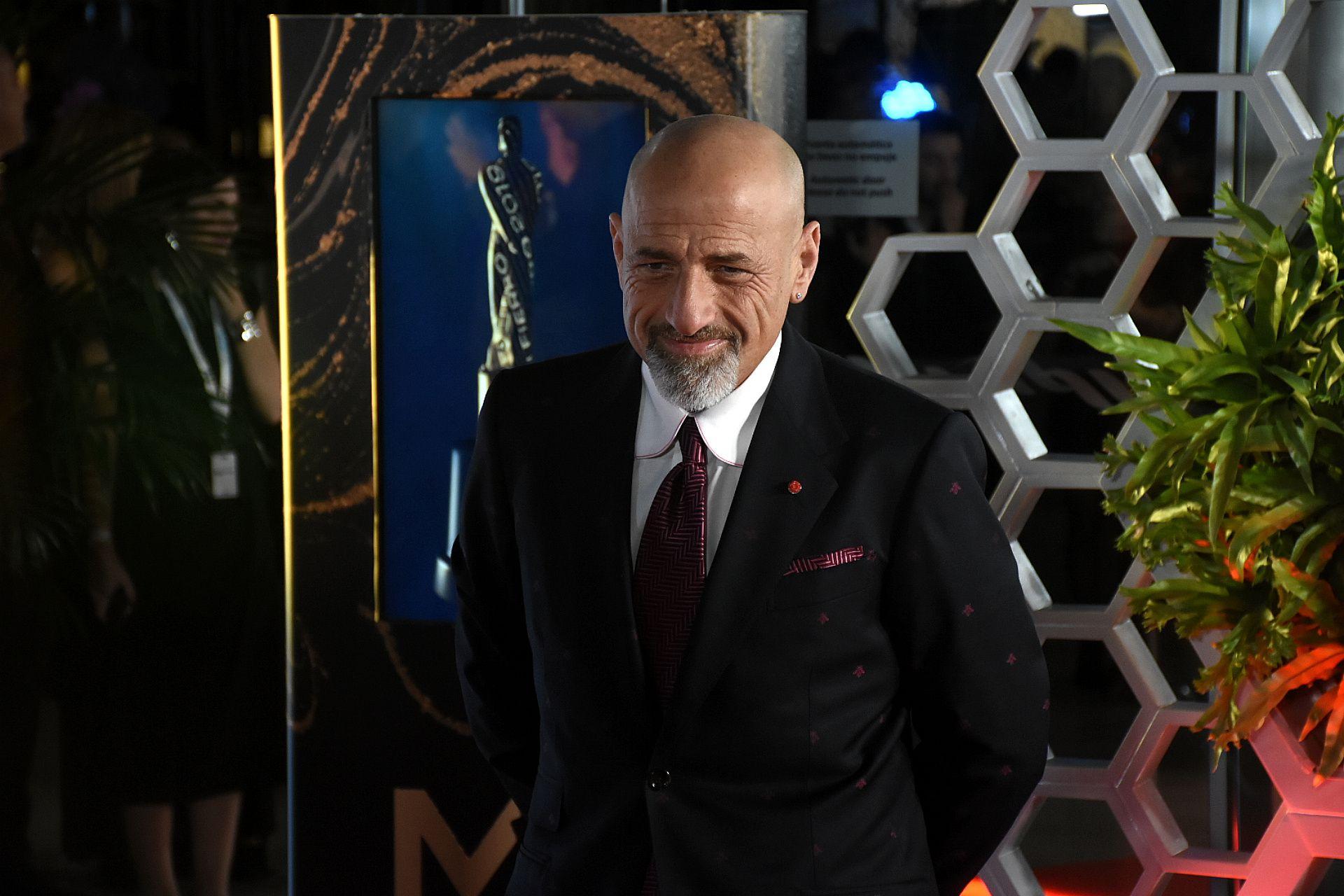 Gustavo Sofovich, productor de Polémica en el Bar lució un esmoquin con un saco llamativo. Con rombos en color bordó, pochette y corbata metalizada