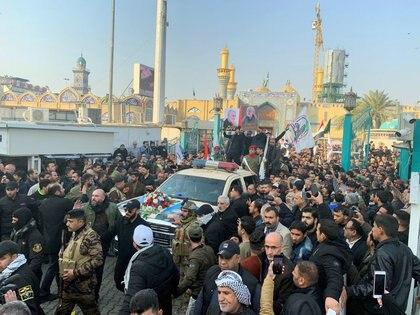 La gente se reúne en el funeral del general de división iraní Qassem Soleimani, alto comandante de la fuerza de élite Quds de la Guardia Revolucionaria, y del comandante de la milicia iraquí Abu Mahdi al-Muhandis, que murieron en el aeropuerto de Bagdad, Irak (REUTERS/Wissm al-Okili)