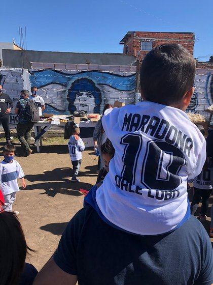 Las camisetas con el nombre de Maradona en el dorsal, un resoro para los niños