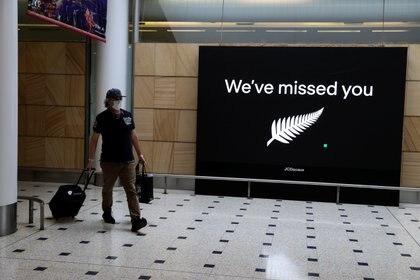 Un pasajero llega desde Nueva Zelanda después de que la burbuja del viaje a través de Tasmania se abriera durante la noche, tras un prolongado cierre de la frontera debido al brote de la enfermedad coronavirus (COVID-19), en el aeropuerto de Sydney, Australia, el 16 de octubre de 2020 (REUTERS/Loren Elliott)
