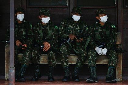 Soldados del Ejército de Brasil usando máscaras faciales en medio de la pandemia del coronavirus en Brasil (REUTERS/Adriano Machado)