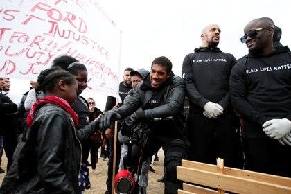 Joshua apareció en muletas por un incidente que tuvo en un entrenamiento (REUTERS/Paul Childs)