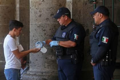 Los policías aislados están bajo estricta vigilancia médica y sus familiares ya fueron contactados (Foto: Cuartoscuro)