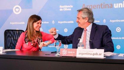 La titular de la Anses, Fernanda Raverta, y el presidente Alberto Fernández