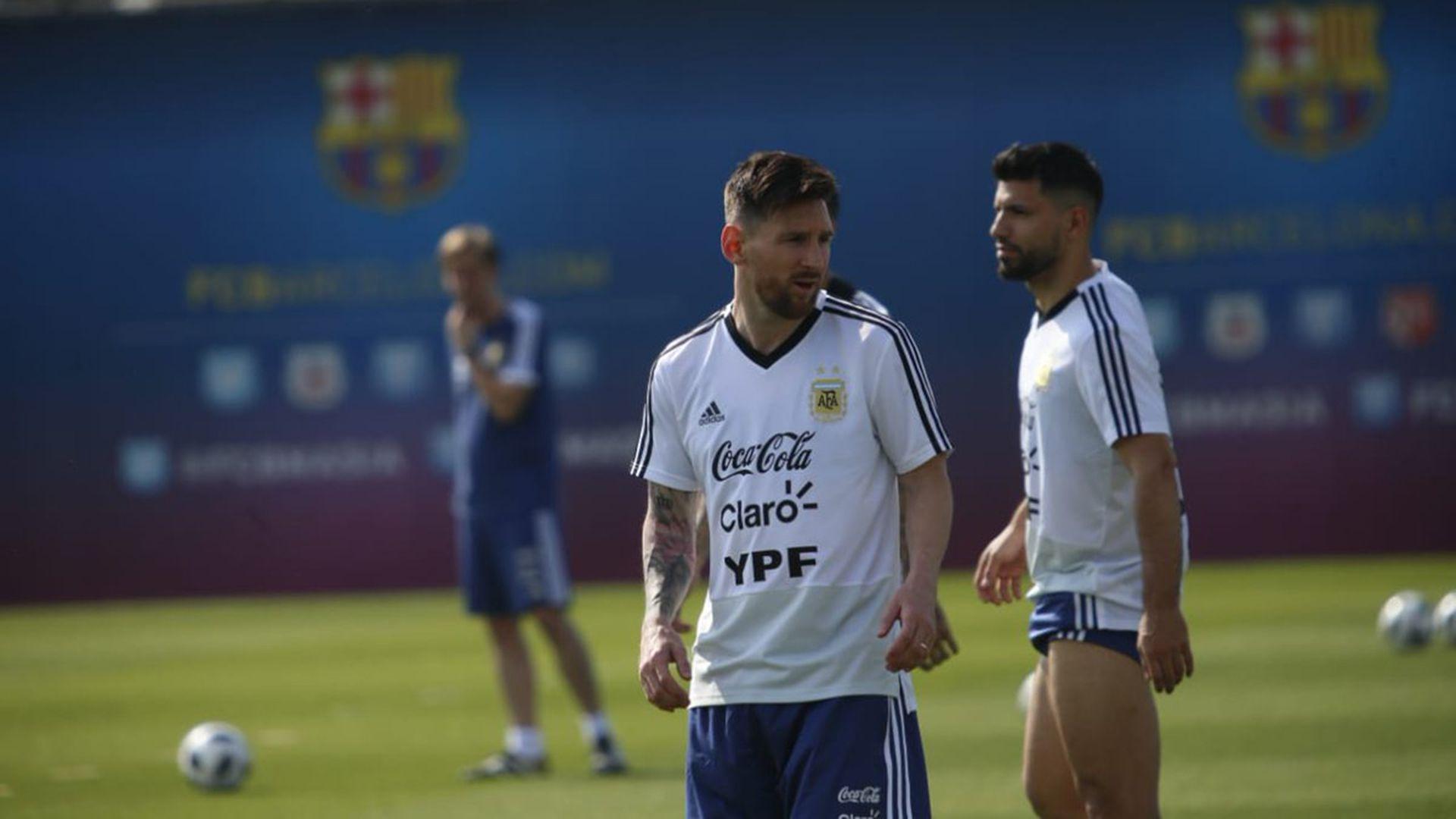 Lionel Messi y Sergio Agüero entrenando con la Selección en el predio del Barcelona (Foto: @Argentina)