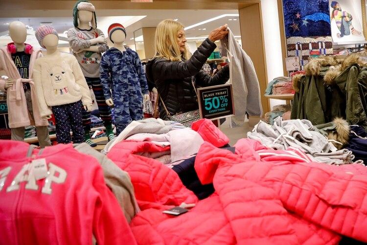 El gobierno busca encarecer el shopping de los argentinos en el exterior