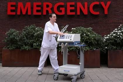 Foto del viernes de un enfermero llevando un respirador artificial en un hospital en Bruselas, Bélgica.  Mar 20, 2020. REUTERS/Yves Herman