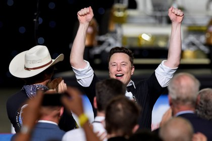 El CEO de SpaceX, Elon Musk, celebró con su hermano Kimbal Musk (con sombrero) el lanzamiento del cohete SpaceX Falcon 9 y la nave espacial Crew Dragon en la misión SpaceX Demo-2 de la NASA a la Estación Espacial Internacional desde el Centro Espacial Kennedy de la NASA en Cabo Cañaveral, Florida, EE.UU. 30 de mayo de 2020. REUTERS/