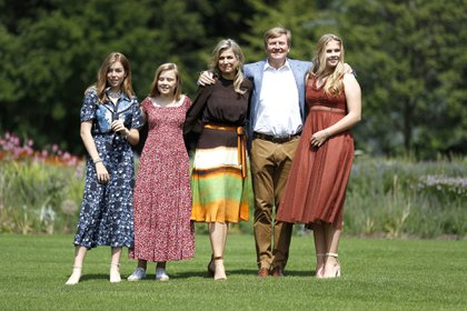 Máxima y Guillermo de Orange junto a sus tres hijas: Catalina Amalia, Alexia y Ariadna (AFP)