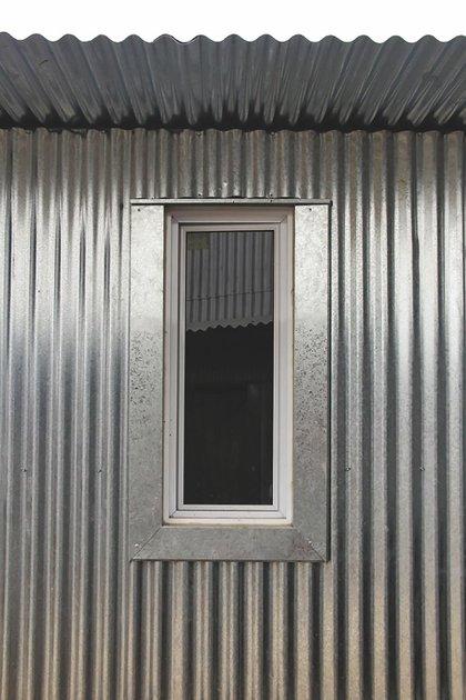 El Proyecto Popa buscó reemplazar las viviendas precarias existentes por módulos básicos de 24 m2 compactos. La rapidez que ofrece este sistema en seco permite causar el menor problema posible a sus habitantes