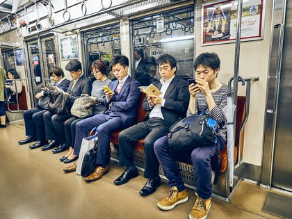 Pasajeros del metro en Japón viajan sin quitar la vista de sus teléfonos (Shutterstock)