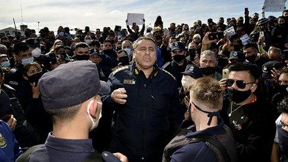 En el centro el comisario general Daniel García, el actual jefe de la Policía Bonaerense, dialogando con los uniformados que se manifestaban en Puente 12 (Gustavo Gavotti)