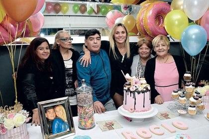 Diego con Rocío, Kity, Ana y Lili  y su sobrina (Foto: Album de R.O.)