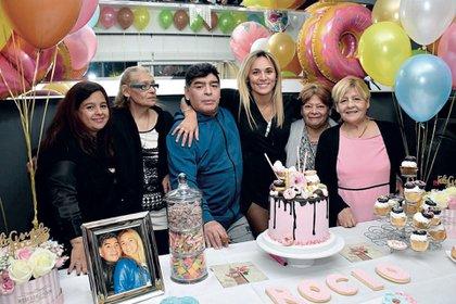 A la derecha, Kity, junto a sus hermanas Ana y Lily, Diego Maradona y Rocío Oliva (Foto: álbum de R.O.)