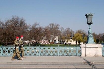 FOTO DE ARCHIVO: Oficiales de la policía militar patrullan el City Park mientras la propagación de la enfermedad coronavirus (COVID-19) continúa en Budapest, Hungría, el 6 de abril de 2020. REUTERS/Bernadett Szabo/Archivo Foto