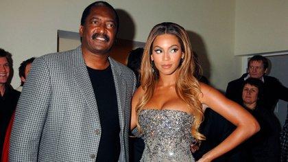 "Mathew Knowles y Beyoncé en la premiere de ""'Dreamgirls"" (Shutterstock)"