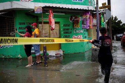 Un rescatista coloca una cinta de advertencia amarilla durante la tormenta Hanna en San Nicolás de los Garza, en las afueras de Monterrey, México, el 26 de julio de 2020. REUTERS / Daniel Becerril