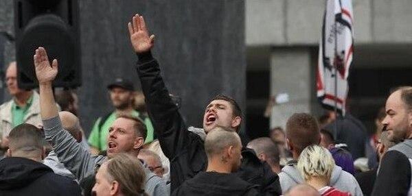 El saludo nazi está prohibido por ley. Aquí dos ultraderechistas en Chemnitz