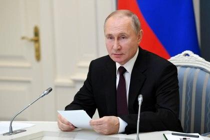 Vladimir Putin durante una reunión virtual en Moscú. El presidente ruso quiere controlar cada palabra que digan las redes sociales y los medios online (Reuters)
