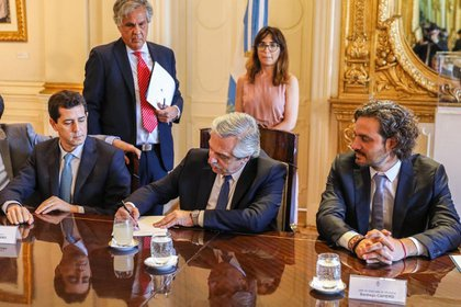 """Alberto Fernández junto al ministro del Interior, Eduardo """"Wado"""" De Pedro y el jefe de Gabinete, Santiago Cafiero"""