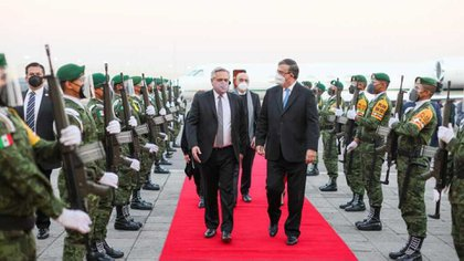 El presidente Alberto Fernández y la comitiva oficial en su llegada a la Ciudad de México