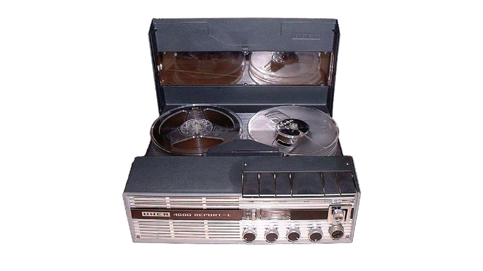 El grabador UHER-4000, con cinta Basf, usado para grabar la conversación entre Leopoldo Galtieri y Ronald Reagan. Fue instalado por funcionarios de la SIDE en el Salón Norte de la Casa de Gobierno y operado por Alejandro Escobar un funcionario civil de la Presidencia.