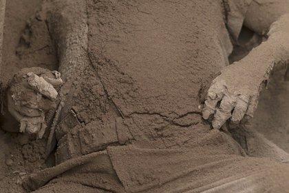 El cuerpo de una víctima cubierto de ceniza (AP/ Luis Soto)