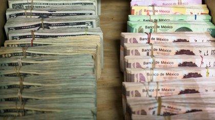 Imagen de archivo de billetes de peso mexicano y dólares en una casa de cambio en Ciudad Juarez, Mexico, el 15 de enero de 2018. REUTERS/Jose Luis Gonzalez