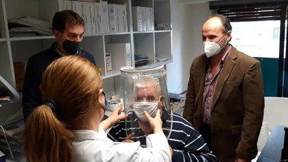 El vicejefe de gobierno porteño, Diego Santilli, visitó las instalaciones de Fundación Respirar para interiorizarse del tratamiento. Aquí con los médicos de la clínica Celia Giler y Oscar Salva junto a un paciente recuperado