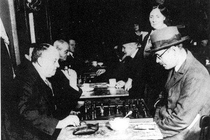 Aleister Crowley y Fernando Pessoa jugando al ajedrez