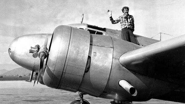 Amelia Earhart a bordo de su avión en una de sus últimas fotografías antes de desaparecer (Getty)